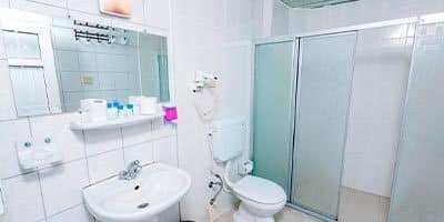 Aile oteli banyosu