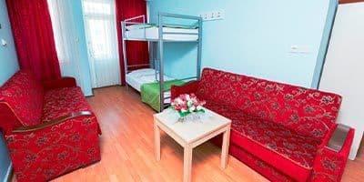 Aile oteli oturma odası ve kanepeleri